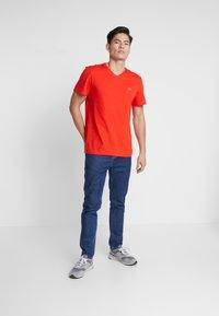 Lacoste - Basic T-shirt - corrida - 0