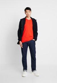 Lacoste - Basic T-shirt - corrida - 1