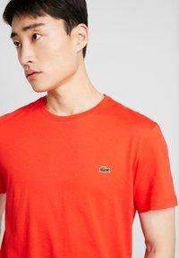 Lacoste - Basic T-shirt - corrida - 3