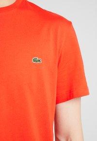 Lacoste - Basic T-shirt - corrida - 5