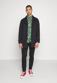 Lacoste - Unisex Lacoste x Jeremyville Regular Fit Cotton Shirt - Skjorter - marine/multico - 1