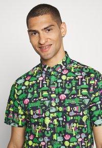 Lacoste - Unisex Lacoste x Jeremyville Regular Fit Cotton Shirt - Skjorter - marine/multico - 3