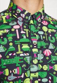 Lacoste - Unisex Lacoste x Jeremyville Regular Fit Cotton Shirt - Skjorter - marine/multico - 5