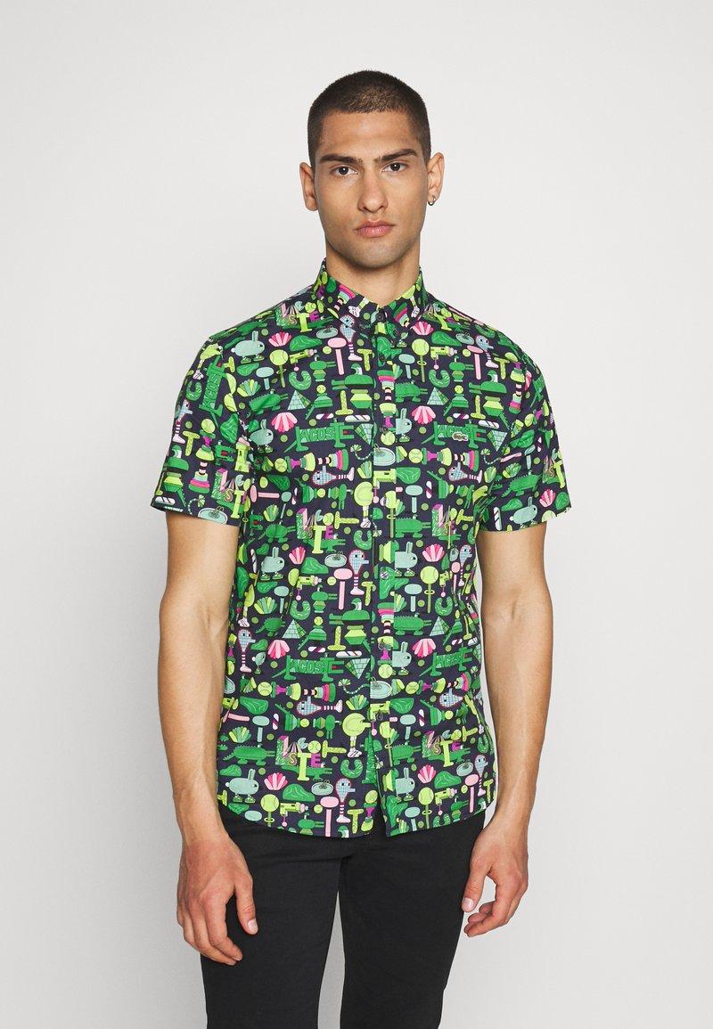 Lacoste - Unisex Lacoste x Jeremyville Regular Fit Cotton Shirt - Skjorter - marine/multico