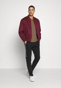 Lacoste - Pantalon de survêtement - black/white - 1