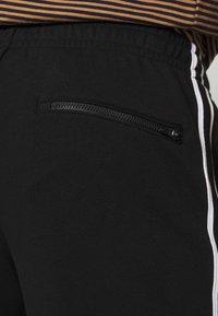 Lacoste - Pantalon de survêtement - black/white - 5