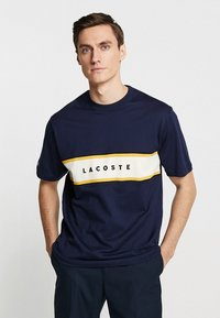 Lacoste - T-shirt med print - marine - 0
