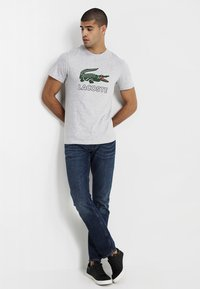 Lacoste - T-shirt med print - silver chine - 1