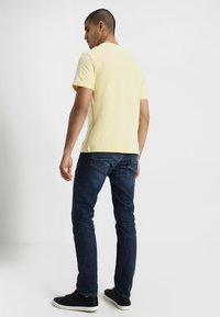Lacoste - T-shirt med print - napolitan yellow - 2