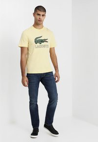 Lacoste - T-shirt med print - napolitan yellow - 1