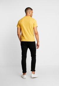 Lacoste - T-shirt med print - darjali - 2