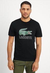 Lacoste - T-shirt med print - black - 0