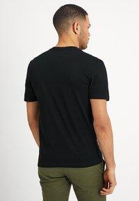 Lacoste - T-shirt med print - black - 2