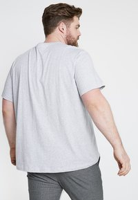 Lacoste - PLUS SIZE - T-shirts - argent chine - 2