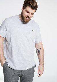 Lacoste - PLUS SIZE - T-shirts - argent chine - 0
