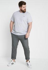 Lacoste - PLUS SIZE - T-shirts - argent chine - 1