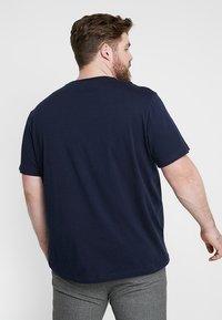 Lacoste - PLUS SIZE - Basic T-shirt - marine - 2