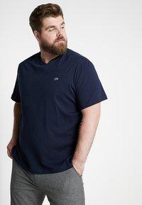Lacoste - PLUS SIZE - Basic T-shirt - marine - 0