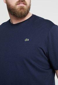 Lacoste - PLUS SIZE - Basic T-shirt - marine - 4