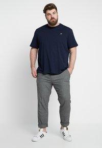Lacoste - PLUS SIZE - Basic T-shirt - marine - 1