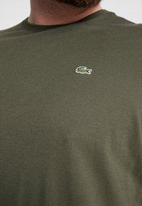 Lacoste - PLUS SIZE - T-shirt basic - baobab - 5