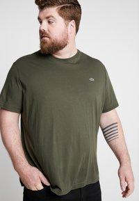 Lacoste - PLUS SIZE - T-shirt basic - baobab - 0