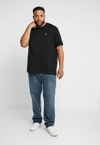 Lacoste - PLUS SIZE - Basic T-shirt - noir - 1