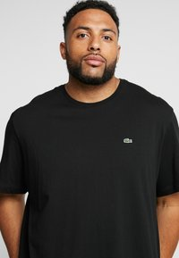 Lacoste - PLUS SIZE - Basic T-shirt - noir - 4