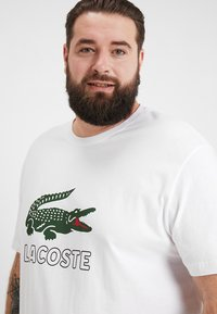 Lacoste - T-shirts med print - white - 4