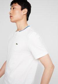 Lacoste - TH8560 - Camiseta básica - farine - 3