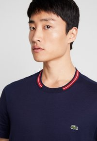 Lacoste - TH8560 - T-Shirt basic - marine - 3