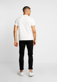 Lacoste - TH8550 - T-shirt med print - farine - 2