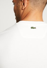 Lacoste - TH8550 - T-shirt med print - farine - 3