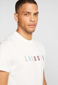 Lacoste - TH8550 - T-shirt med print - farine - 5