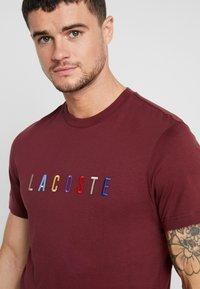 Lacoste - TH8550 - T-shirt imprimé - vin - 3