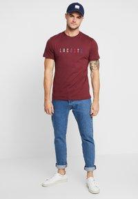 Lacoste - TH8550 - T-shirt imprimé - vin - 1