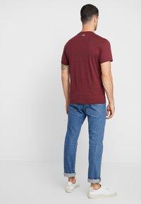 Lacoste - TH8550 - T-shirt imprimé - vin - 2