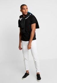 Lacoste - Print T-shirt - noir - 1