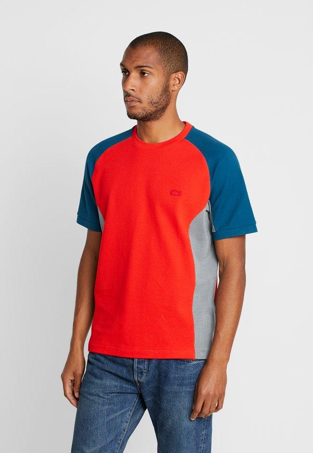 TH5017 - T-shirt imprimé - light red/mottled beige/dark blue