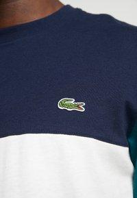 Lacoste - T-shirt imprimé - farine/marine pin - 5