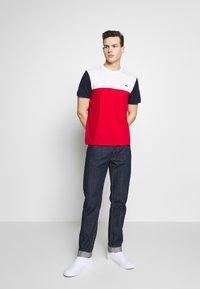 Lacoste - T-shirt imprimé - rouge/farine/marine - 1