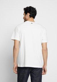 Lacoste - TH8602-00 - Print T-shirt - farine - 2