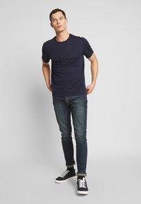 Lacoste - TH8602-00 - T-shirt imprimé - marine - 1