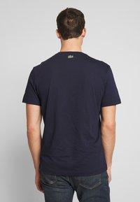 Lacoste - TH8602-00 - T-shirt imprimé - marine - 2