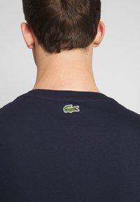 Lacoste - TH8602-00 - T-shirt imprimé - marine - 4