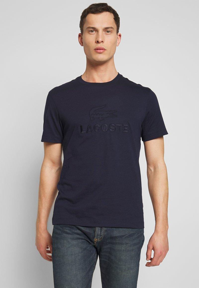 Lacoste - TH8602-00 - T-shirt imprimé - marine