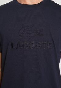 Lacoste - TH8602-00 - T-shirt imprimé - marine - 3