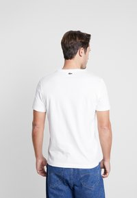 Lacoste - TH5097-00 - T-shirt imprimé - farine - 2