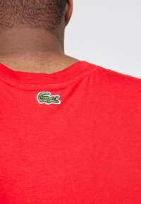 Lacoste - TH5097-00 - T-shirts print - rouge - 3