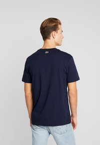 Lacoste - TH5097-00 - T-shirt med print - marine - 2